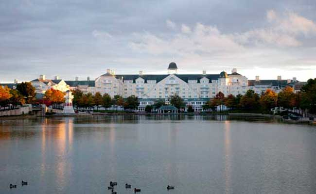 Lake in front of the Newport Bay Club 2, Disneyland Paris